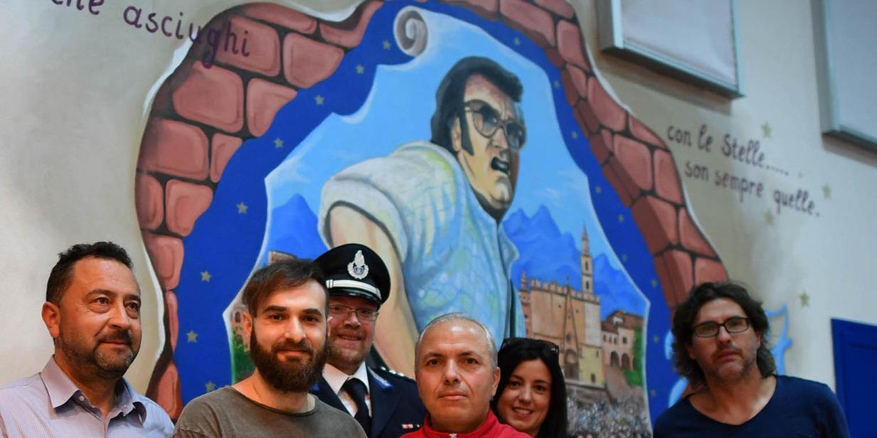 Filippo Graziani a Castrogno con i detenuti che hanno realizzato i murales dedicati a Ivan (foto Luciano Adriani)