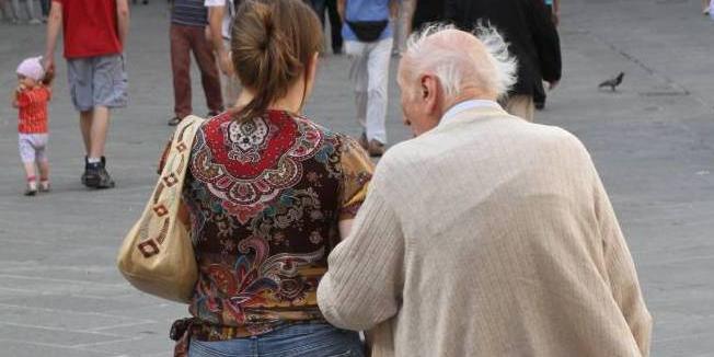 niente sesso, a 96 anni chiede il divorzio dalla moglie di 55: vuole solo la casa e i soldi