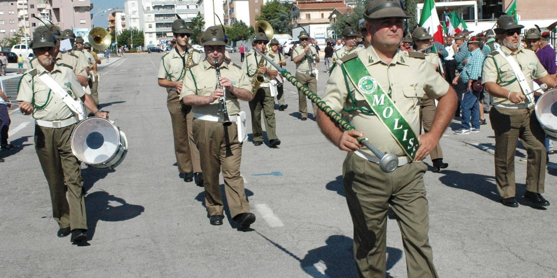 Mille alpini sfilano per i caduti di guerra e nelle missioni di pace. Alla  manifestazione anche un gruppo dal ... 5082cd693519