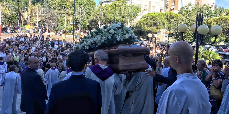Suono Di Campane A Festa.Suono Di Campane A Festa Al Funerale Di Don Ennio Teramo Il Centro