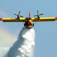 Canadair in un volo antincendio