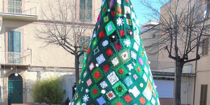Albero Di Natale Fatto Alluncinetto Per Raccogliere Fondi Per I