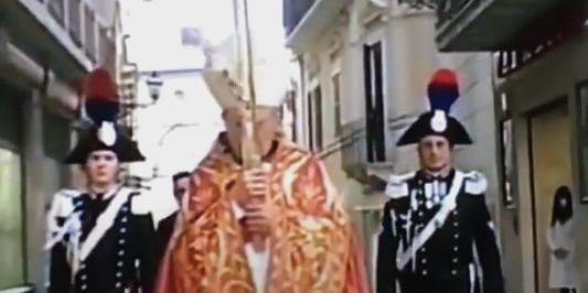 Il momento in cui il Cristo si stacca dalla croce portata da monsignor Forte